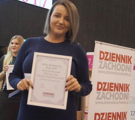 kobieta z certyfikatem