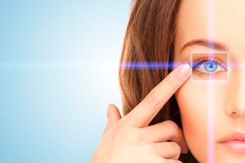 kobieta pokazuje oko