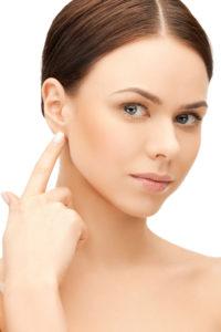 Kobieta dotykająca ucha