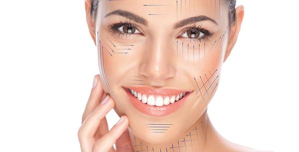 kobieta z narysowanymi liniami na twarzy