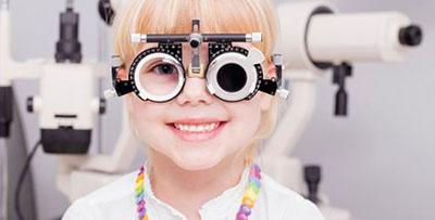 dziecko podczas badania okulistycznego