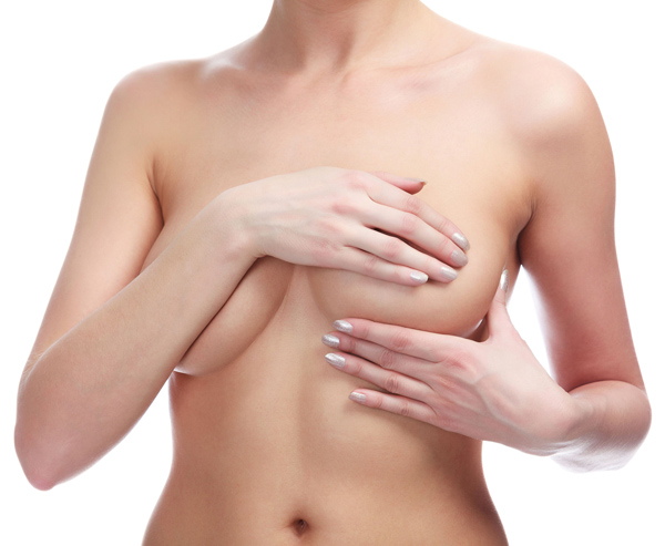 kobieta trzyma się za piersi