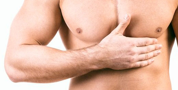 mężczyzna trzyma się za klatkę piersiową