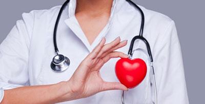 lekarz ze stetoskopem i czerwonym sercem